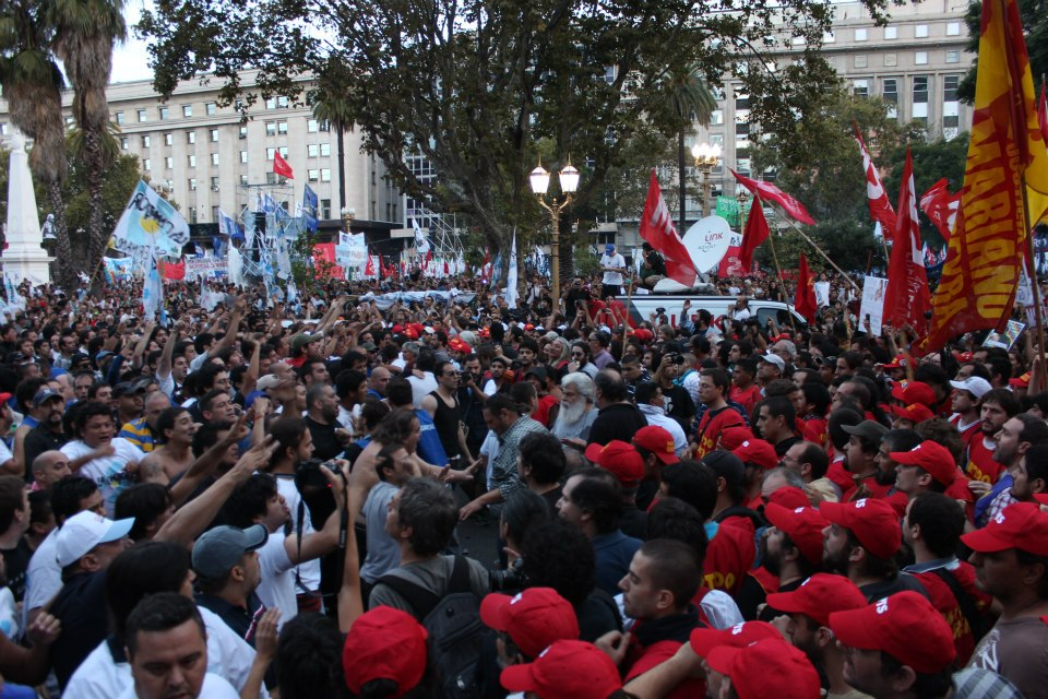 El momento de la tensión del encuentro de las columnas de La Cámpora y el Encuentro Memoria, Verdad y Justicia.
