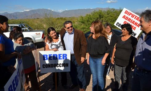 El gobernador Beder Herrera y la diputada Olima en Pituil ayer, mientras cercaban el pueblo. (Foto: eldiariodelarioja.com.ar)