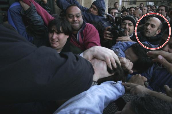 Emiliano Yacobitti en el grupo que desalojó a golpes a estudiantes en 2006.
