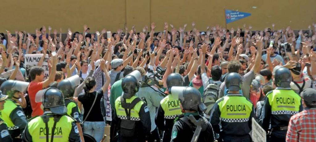 Una de las asambleas estudiantiles, vigilada por la policía tucumana.