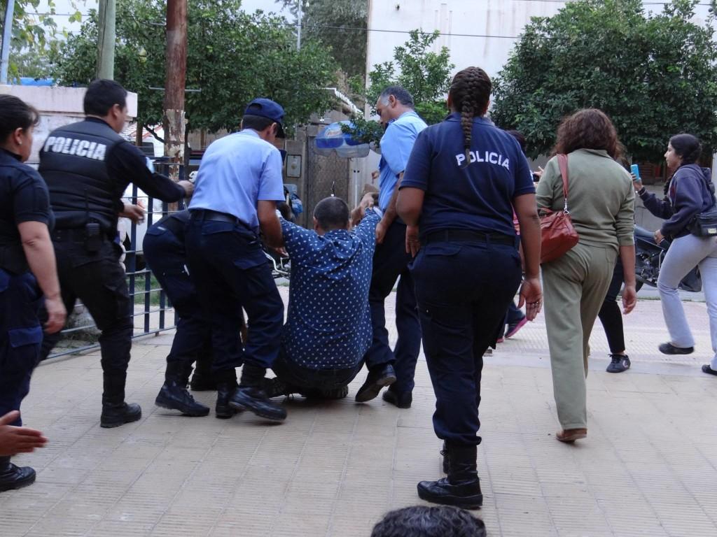 La policía arrastra a un docente en Chilecito.