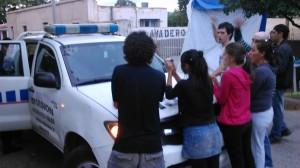Los manifestantes impiden la detención de los maestros.