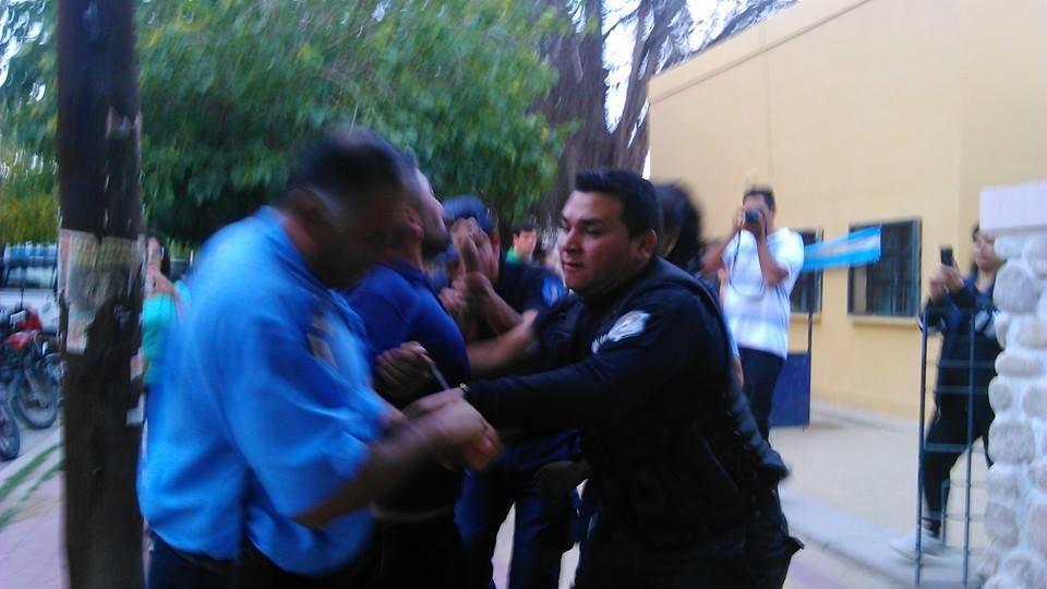 Momento de la detención de un docente.